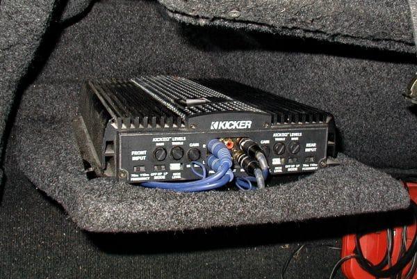 Усилитель в багажнике: убрать провода!