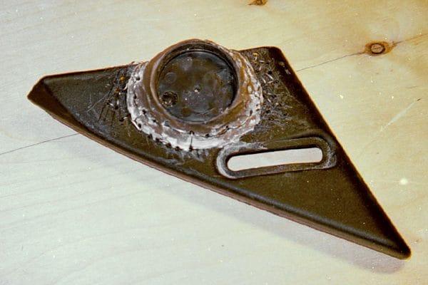 При закрытой двери видно в основном заднюю часть модифицированного «уголка зеркала». Образовавшийся «нарост» никак не мешает манипуляциям ручкой управления зеркалом.