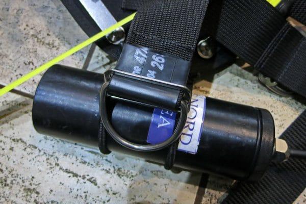 Штатное крепление канистры фонаря резинками на Tecline Avenger 16