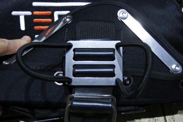 Пластина и резиновые петли крепления канистры фонаря на Tecline Avenger 16