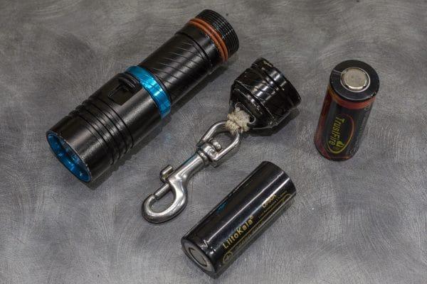 Фонарь 2000 люмен XM-L2. основная и запасные батареи хорошего качества.